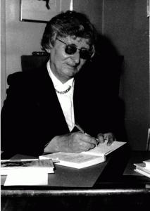 May d'Alençon dédicace un de ses ouvrages